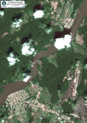 Le fleuve Oyapock, marque la frontière entre la France et le Brésil. Sur l'image, on distingue au nord la ville de Saint-Georges-de-l'Oyapock et au Sud, la ville brésilienne d'Oyapock. (SPOT 5 du 30 décembre 2006)