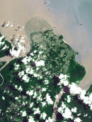 L'île de Cayenne Cette vue de Cayenne prise le 9 août 2006 fait apparaître le banc de vase en mouvement situé au nord-ouest de la ville.
